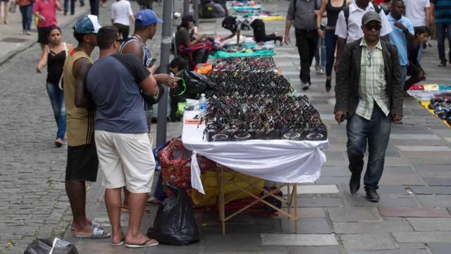 14 mil camelôs são autorizados pela prefeitura do Rio de Janeiro a voltarem às ruas
