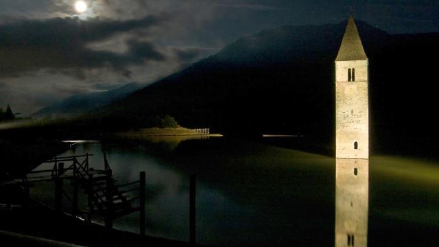 Curon: la aldea inundada y su torre medieval que inspiró la serie de terror en Netflix