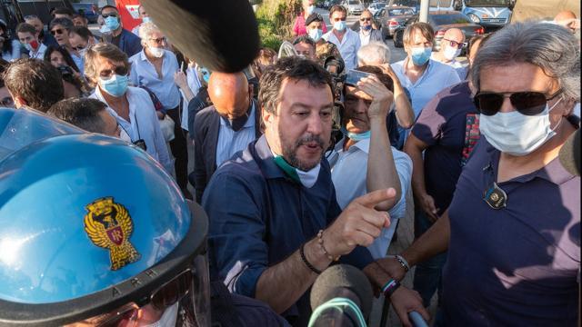 Mondragone: Salvini contestato dai cittadini, tagliati i cavi dell'energia elettrica