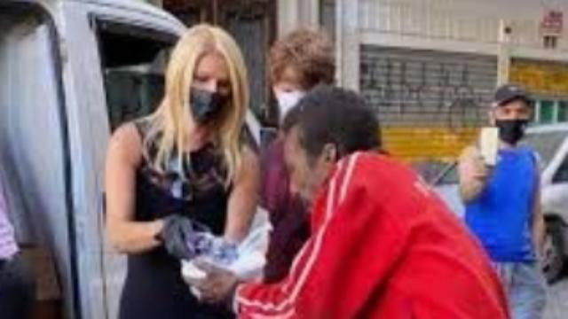 Val Marchiori distribui alimento a moradores de rua após polêmica com primeira dama