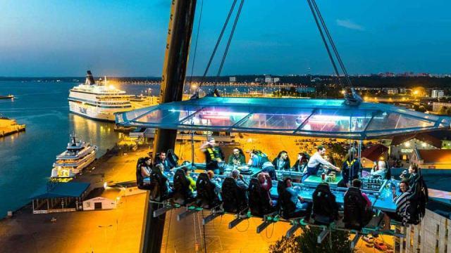 Dinner in the sky, la cena sospesa arriva anche in Italia: L'evento approda in Abruzzo