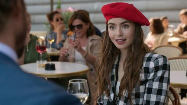 'Emily em Paris', da Netflix, recebe duras críticas dos franceses