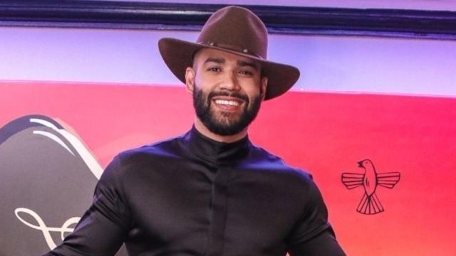 Gusttavo Lima nega reconciliação e aparece de roupão na web divulgando nova música