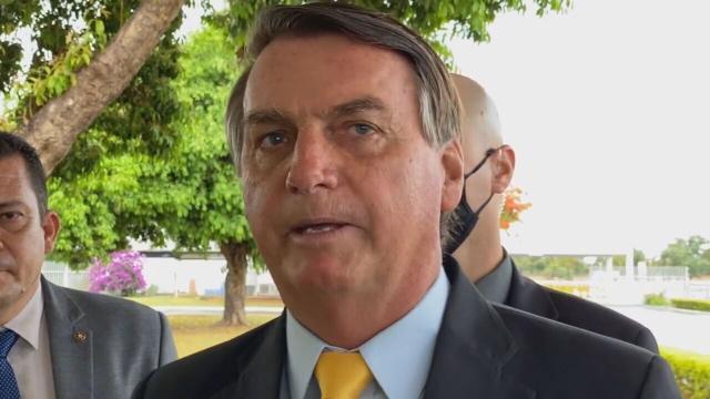 Bolsonaro questiona se não é melhor e mais barato investir na cura ao invés da vacina