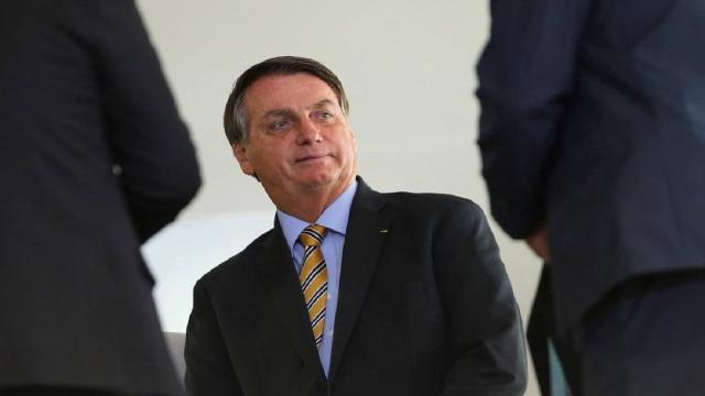Bolsonaro fala com simpatizantes no Palácio da Alvorada e defende voto impresso