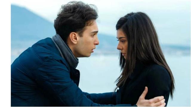 Un posto al sole, spoiler al 27 novembre: Rossella e Patrizio aiutano Clara a partorire