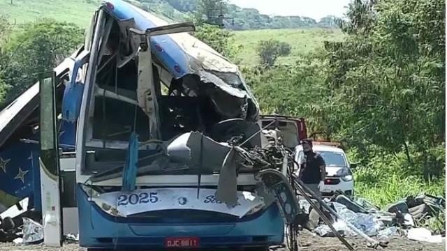 Vítimas de acidente em Taguaí foram arremessadas para fora do ônibus, dizem bombeiros