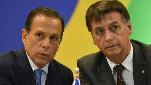Bolsonaro volta a ironizar a CoronaVac