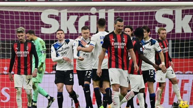 Milan travolto in casa dall'Atalanta, ma l'Inter bloccata a Udine fallisce l'aggancio