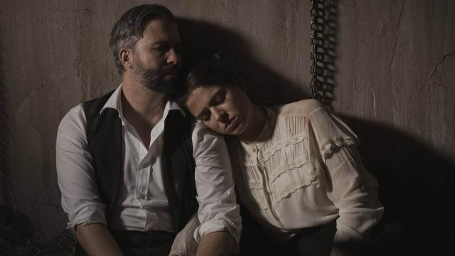 Una Vita, trame iberiche al 28 febbraio: Genoveva e Felipe si baciano con passione