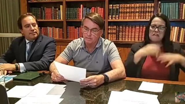 Em live, Bolsonaro cita estudo duvidoso e critica uso de máscaras e isolamento