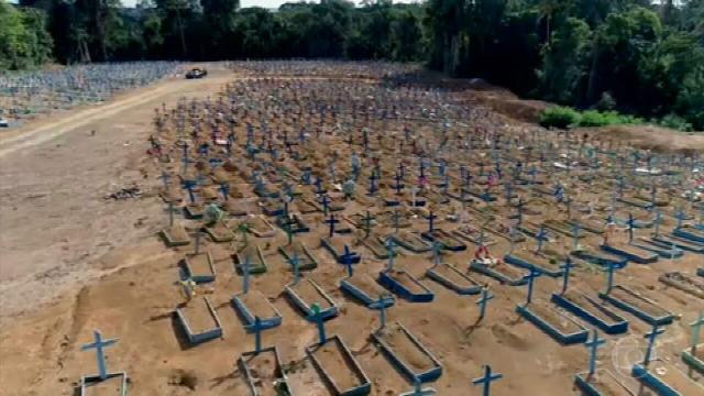 Com mais um recorde de mortes na pandemia, Bolsonaro declara: 'criaram pânico'