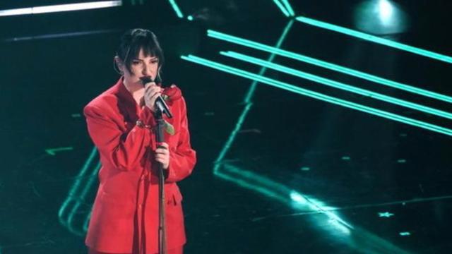 Sanremo, 1^ serata, look delle cantanti in gara: Arisa ha scelto un tailleur rosso