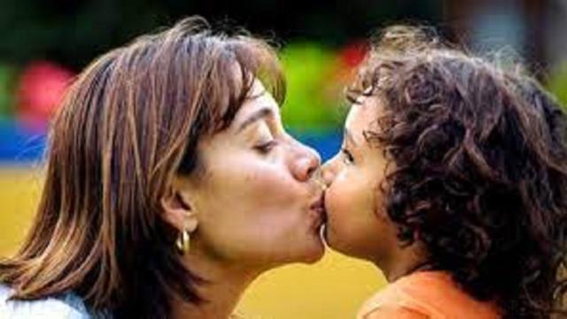 Bisous sur la bouche de ses enfants, la pratique fait débat
