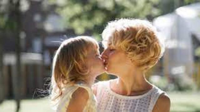 Embrasser ses enfants sur la bouche : une pratique décriée par certains psychologues