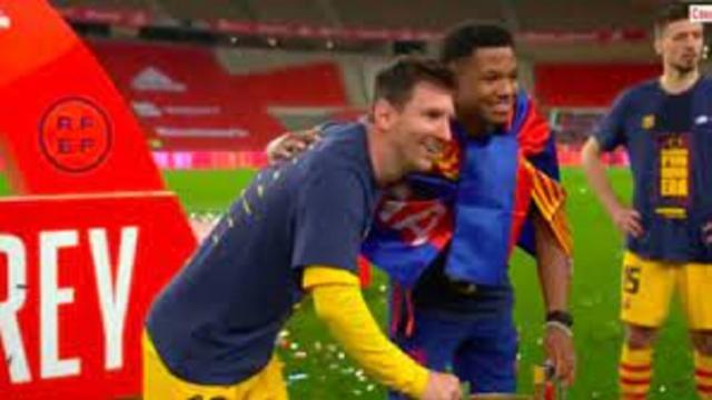 Tous les jeunes du FC Barcelone veulent leur photo avec Messi et la Coupe du Roi