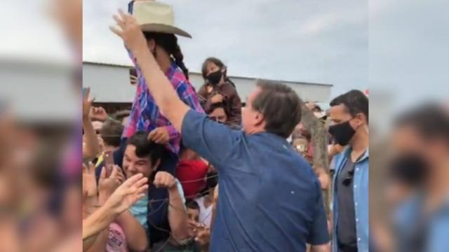 Em visita a apoiadores, Bolsonaro ignora pandemia e não usa máscara
