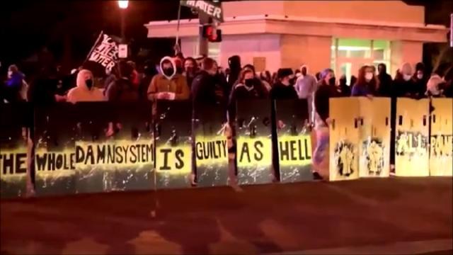 Usa, adolescente colpita a morte da un agente: esplode la protesta in Ohio
