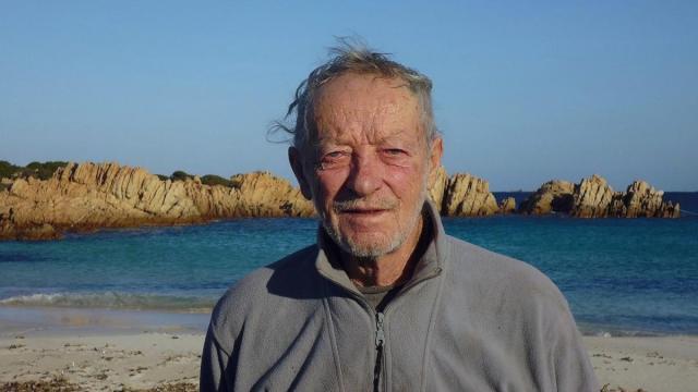Homem que viveu 32 anos isolado numa ilha na Itália vai morar na civilização