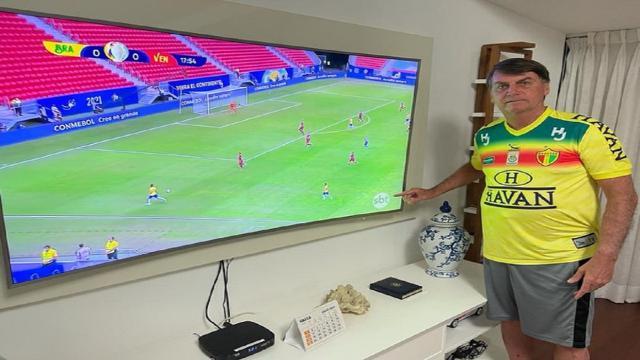 Bolsonaro assiste Brasil x Venezuela e destaca logo do SBT