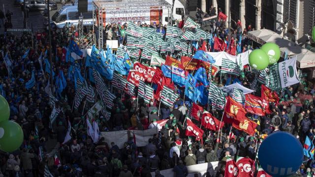 Cgil, Csl e Uil scendono in piazza: manifestazione a Firenze, Bari e Torino