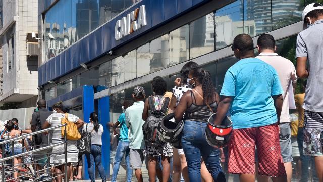 Fila do Bolsa Família não recebe auxílio emergencial, e PSOL quer explicações do TCU