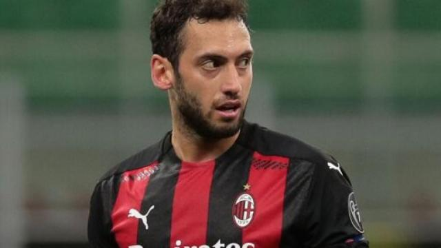 Calciomercato Milan, su Calhanoglu ci sarebbe anche l'Inter