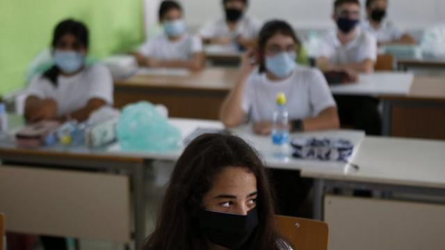 Mascherine a scuola, 'valutare ipotesi per lo stop' dice il sottosegretario Costa