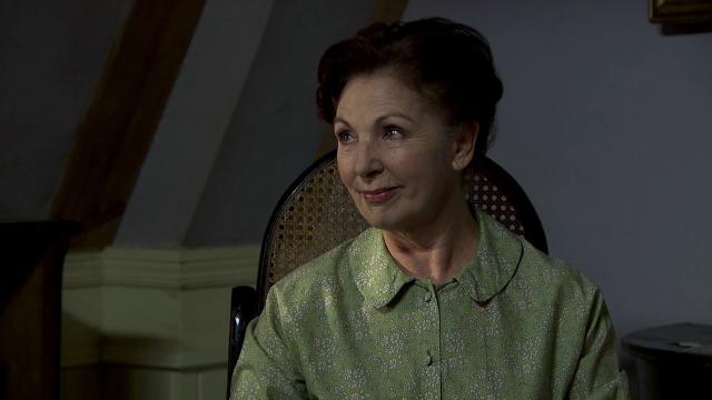 Spoiler Una Vita 24/07: Gloria minaccia Agustina con un coltello e poi si ferisce