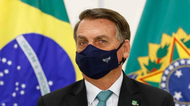 Bolsonaro usa live para atacar o presidente do TSE, Luís Roberto Barroso