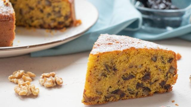Ricetta, torta ripiena di prugne e noci: un dolce semplice dal gusto contrastante