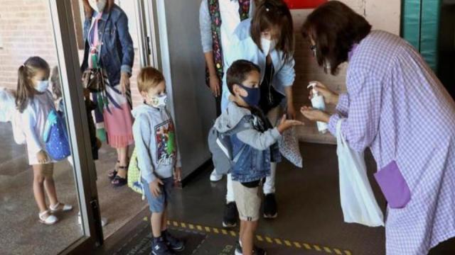 Los padres de dos niñas generan polémica al negarse a que usen la mascarilla en clase