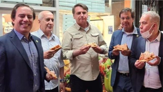 Não vacinado, Bolsonaro come pizza na calçada em Nova York
