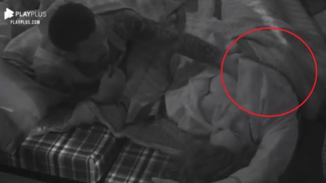 Em 'A Fazenda 13', na cama com Nego do Borel, Dayane Mello pediu: 'Para com isso'