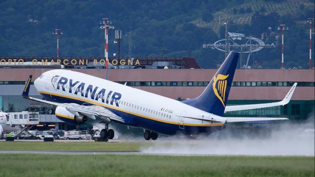 Ryanair offre nuove opportunità di lavoro: per candidarsi occorre il diploma