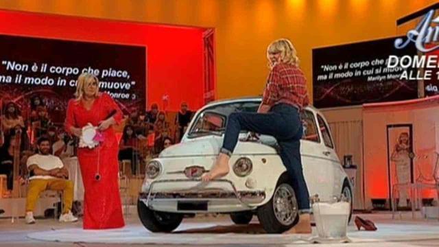 Trono over 22 ottobre: Gemma fa il car wash e conquista il parterre maschile
