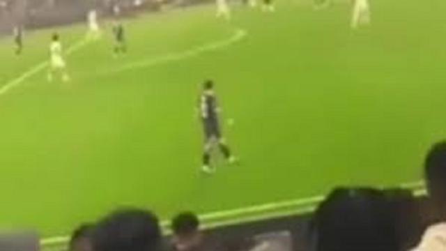 Un supporter de l'OM lance un chargeur sur Messi lors du Classique