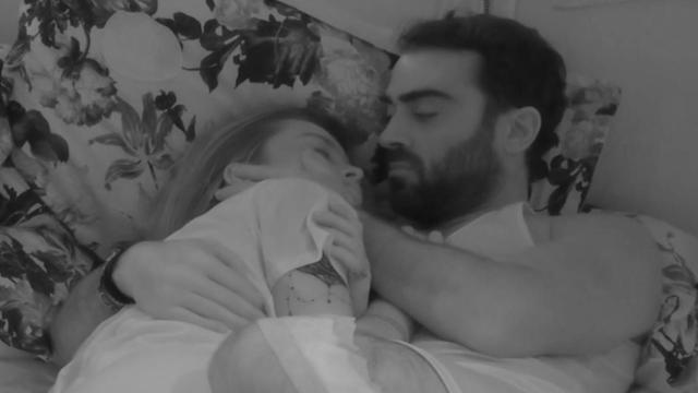 GFVip, scatta il bacio tra Sophie e Antinolfi, Alex: 'Non è finzione'